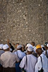 256px-Stoning_the_devil_in_Mina_-_Flickr_-_Al_Jazeera_English_(5)